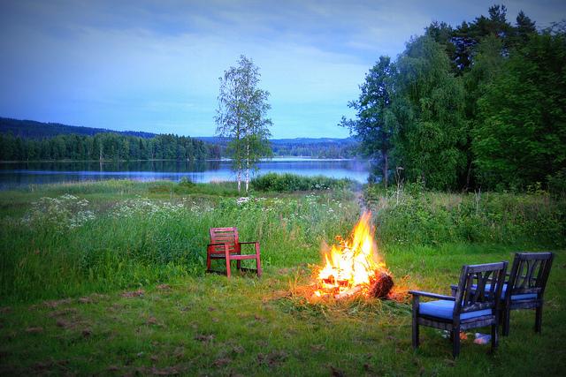 vuurtje buiten meer avond